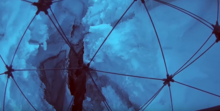 Drohne fliegt in Gletscherspalte