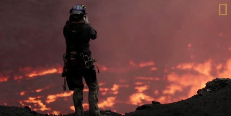 Drohne fliegt in Vulkan